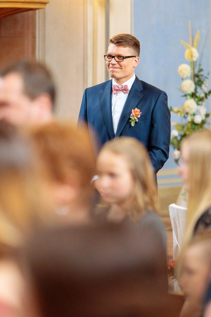 Der Bräutigam ist gerührt vom Anblick seiner Braut