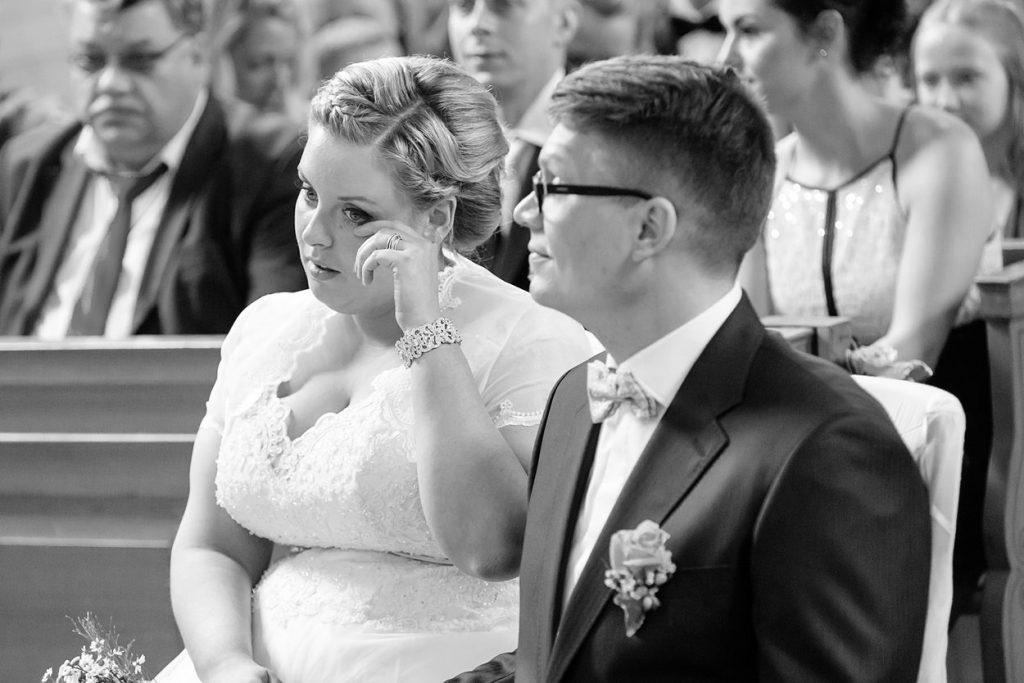 Auch die Braut ist höchst gerührt während der Trauung