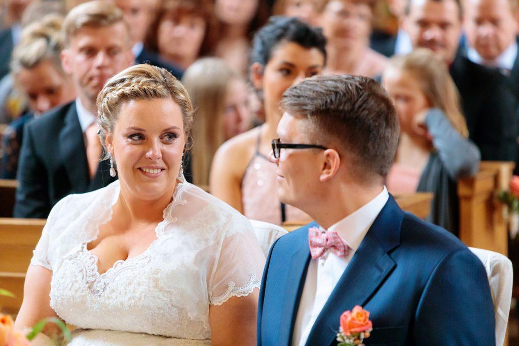 Liebevolle Blicke zwischen Braut und Bräutigam während der Trauung