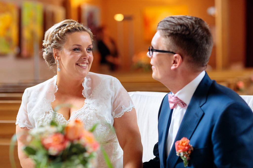 Ehefrau und Ehemann nach der Trauung in der Dorfkirche Petzow