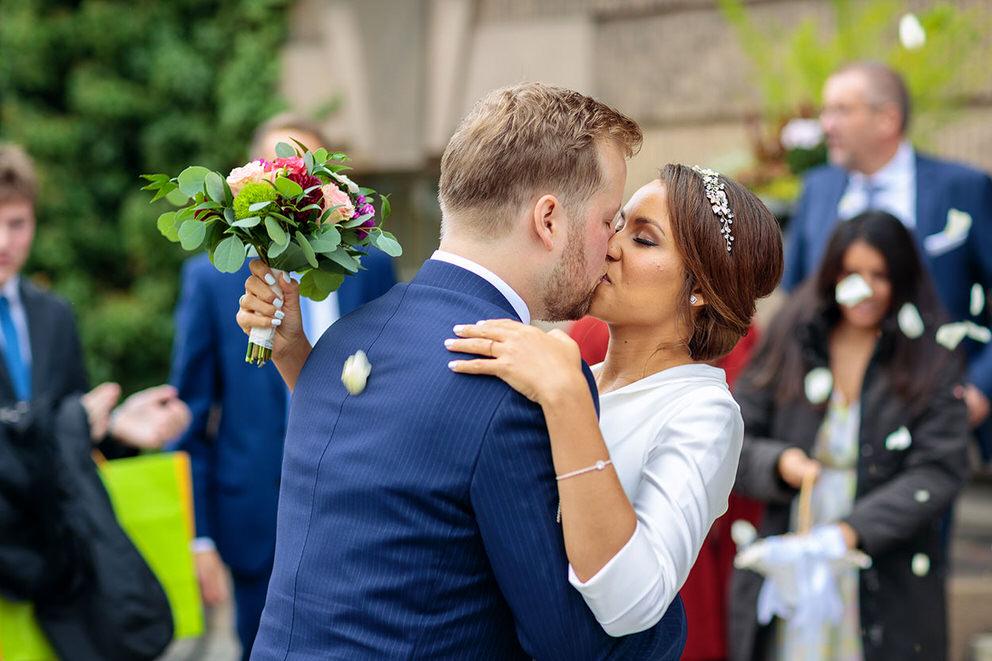 Feierlicher Auszug des Brautpaares im Herbst