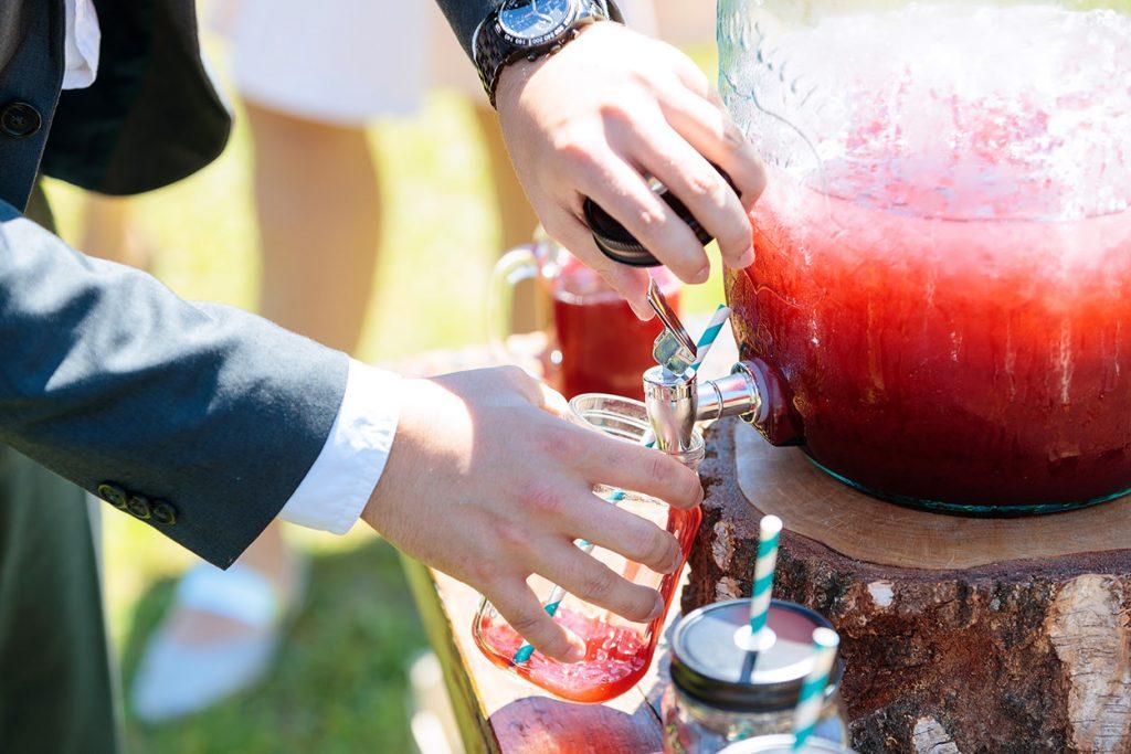 Bei Hochzeiten im Sommer sollten eure Gäste immer mit Getränken versorgt sein