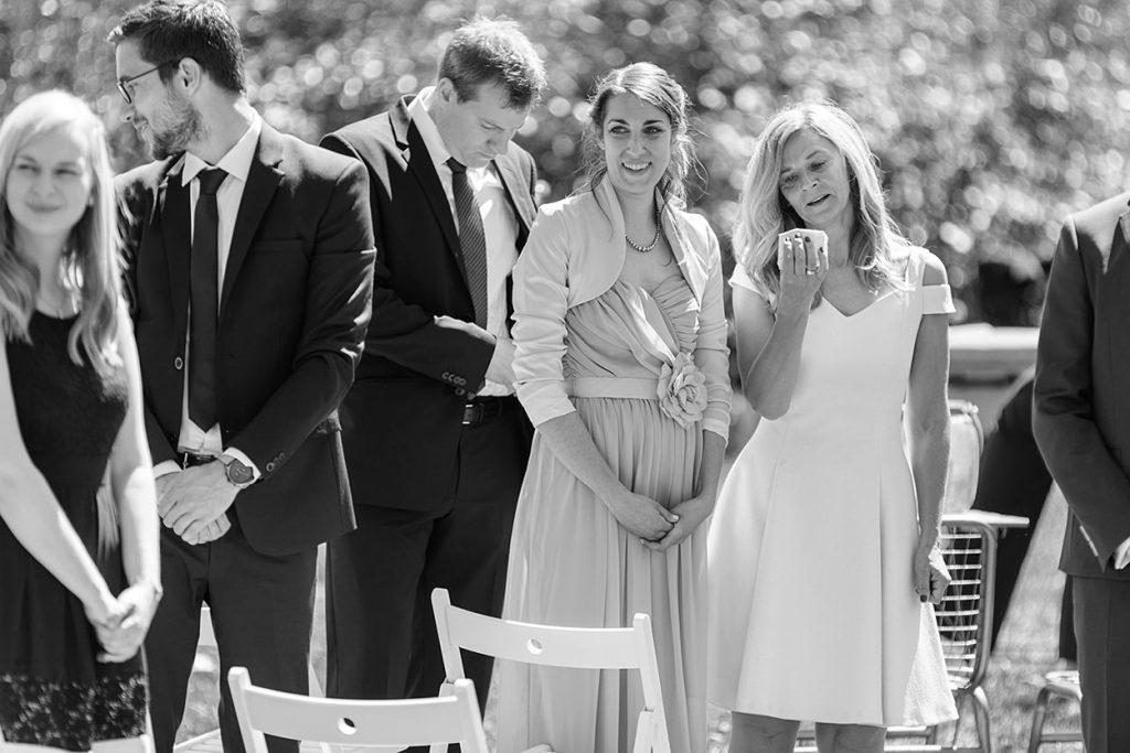 Die Hochzeitsgäste während der Ankunft der Braut am Ort der Trauung
