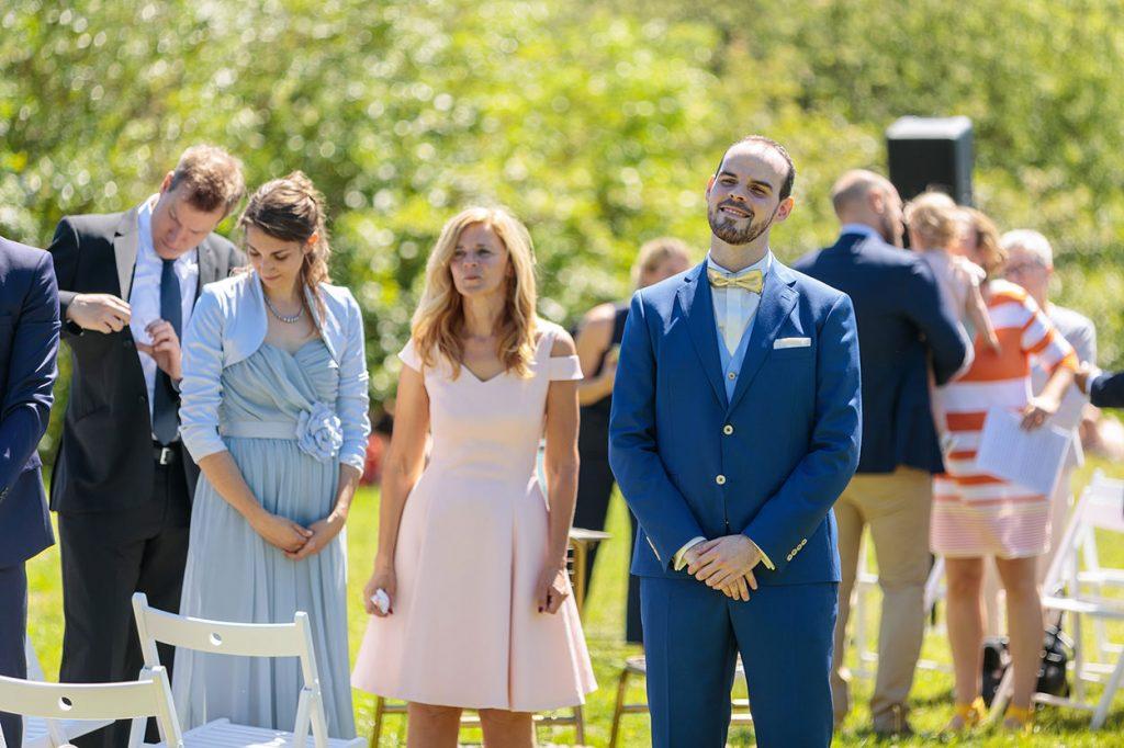 Der Bräutigam blickt voller Liebe seiner zukünftigen Frau entgegen