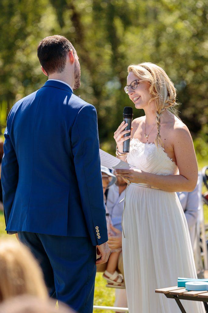 Die Braut hält eine emotionale Rede während der freien Trauung