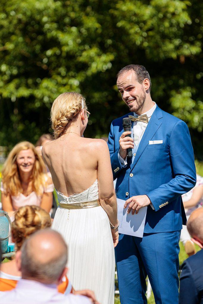 Der Bräutigam hält eine emotionale Rede während der freien Trauung