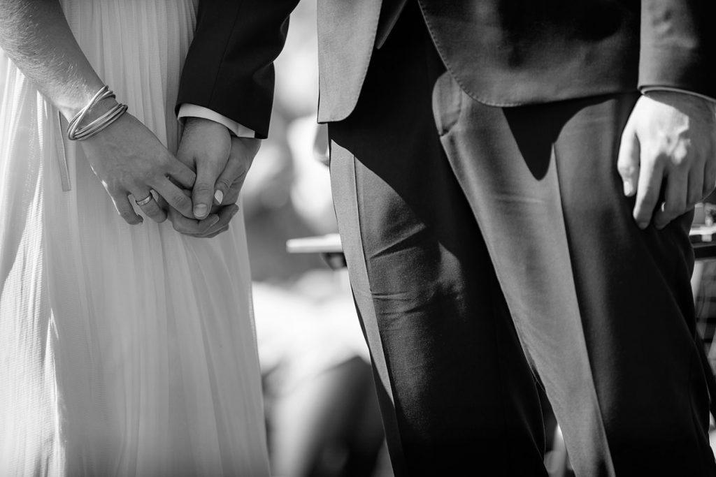Hand in Hand, Braut und Bräutigam während der Trauung