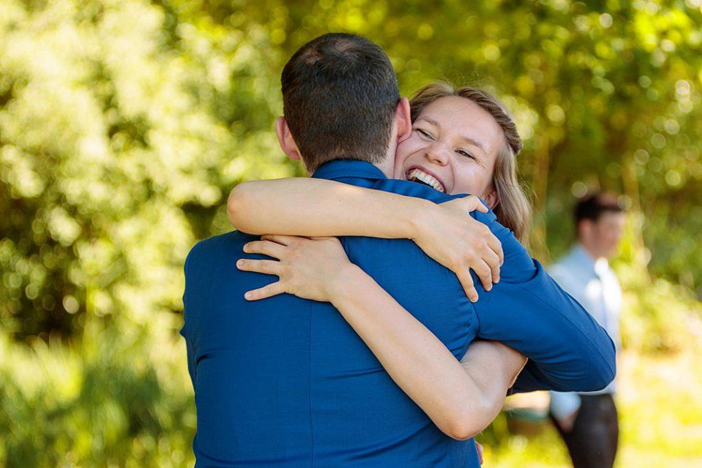 Der Bräutigam wird herzlich umarmt