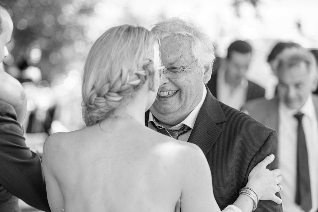 Eine herzliche Gratulation der Braut nach der Trauung