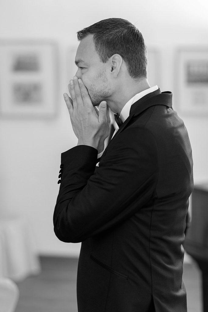 Emotionaler Moment als der Bräutigam zum ersten Mal seine Braut sieht