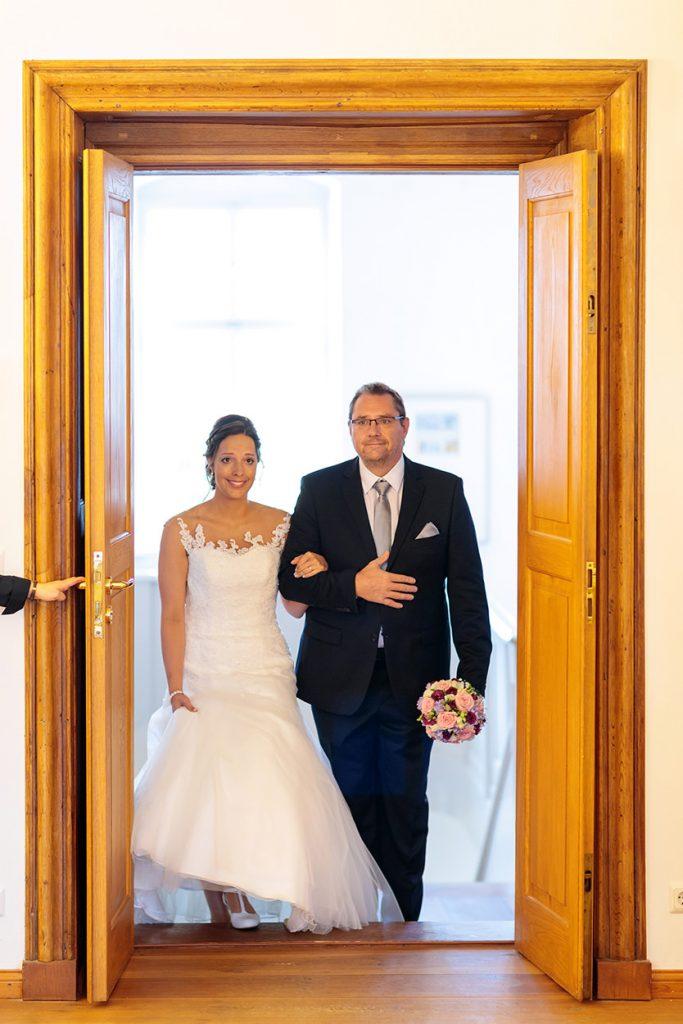 Die Braut wird von ihrem Vater in den Trauungsraum von Schloss Reckahn geleitet wo ihr Bräutigam wartet