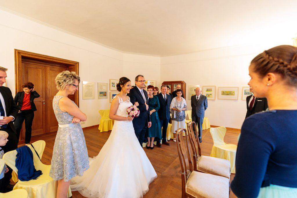Braut und Brautvater auf dem Weg zum Bräutigam