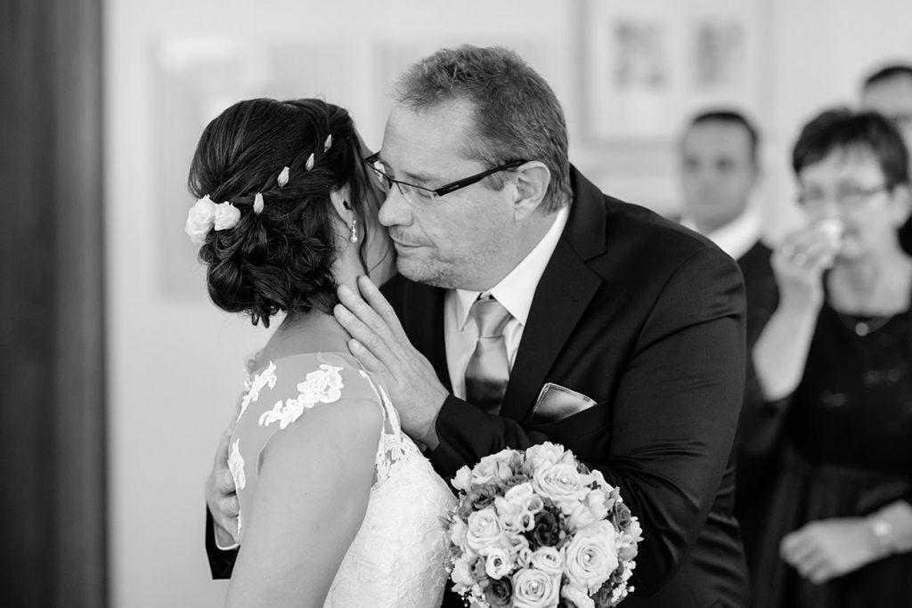 Der Brautvater übergibt die Braut in die Hände ihres Bräutigams