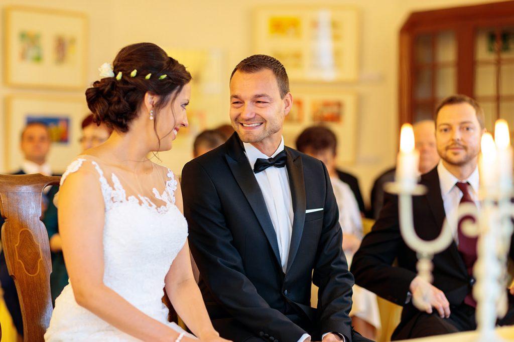 Ein strahlender der Bräutigam während der Trauung