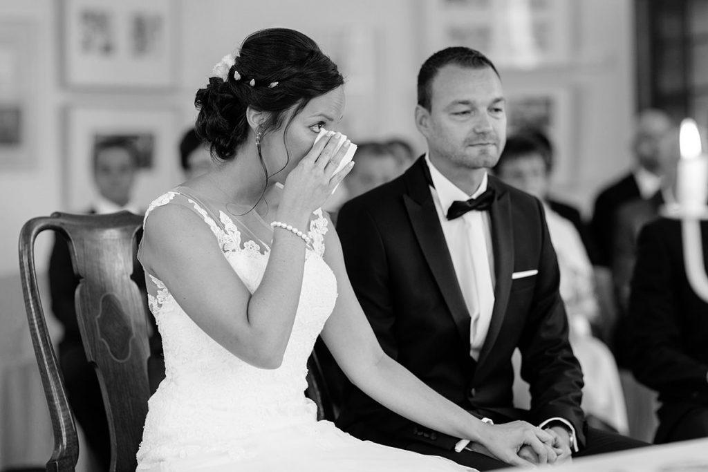 Eine emotionale Braut während der Trauung