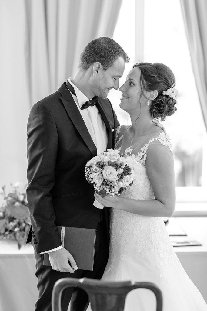 Innige Blicke des Brautpaares nach der Trauung auf Schloss Reckahn