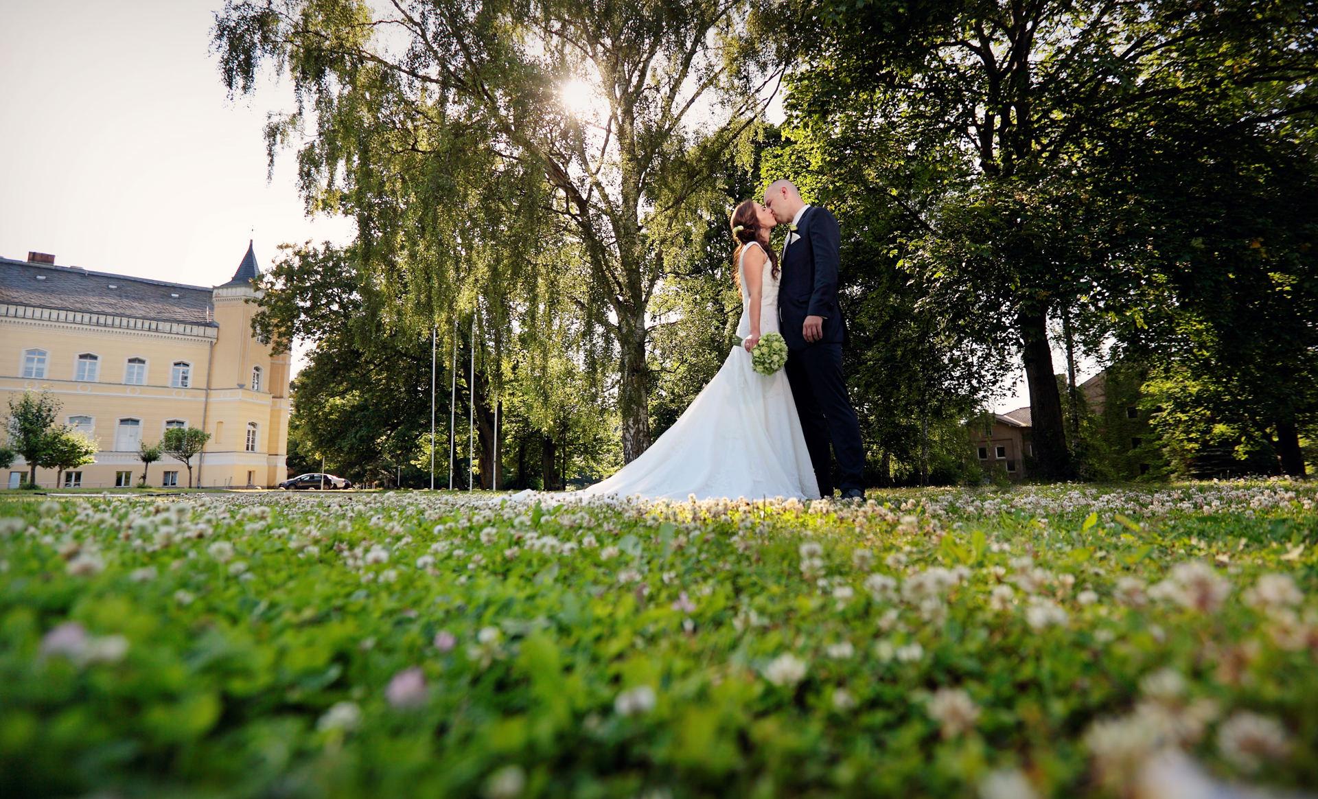 Hochzeitsfotograf Uckermark Schloss Kroechlendorff Brautpaar nach Trauung in der Kirche