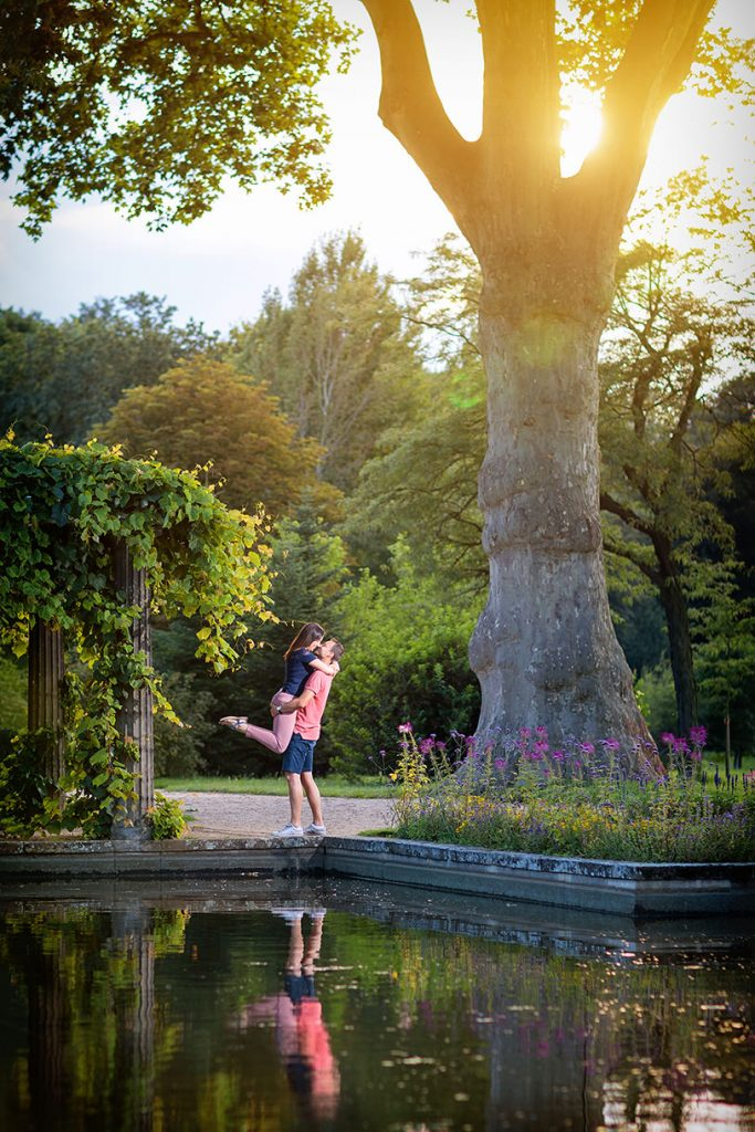 Verliebtes Paar während des Verlobungsshootings im Park Sanssouci