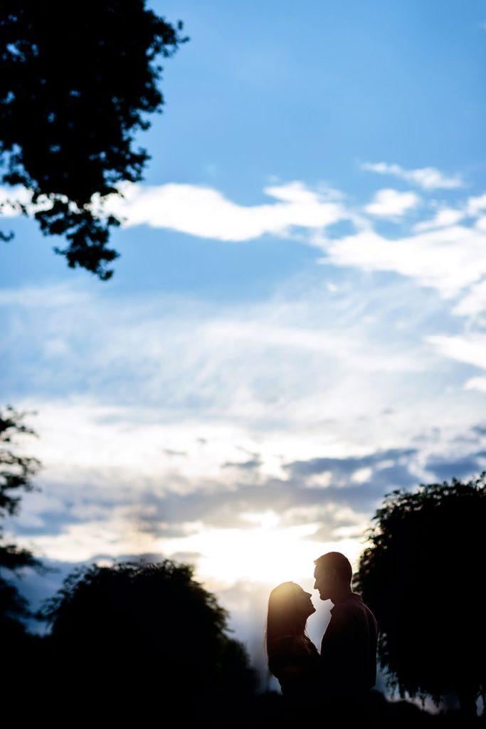 Silhouette eines Paares beim Sonnenuntergang im Park Sanssouci