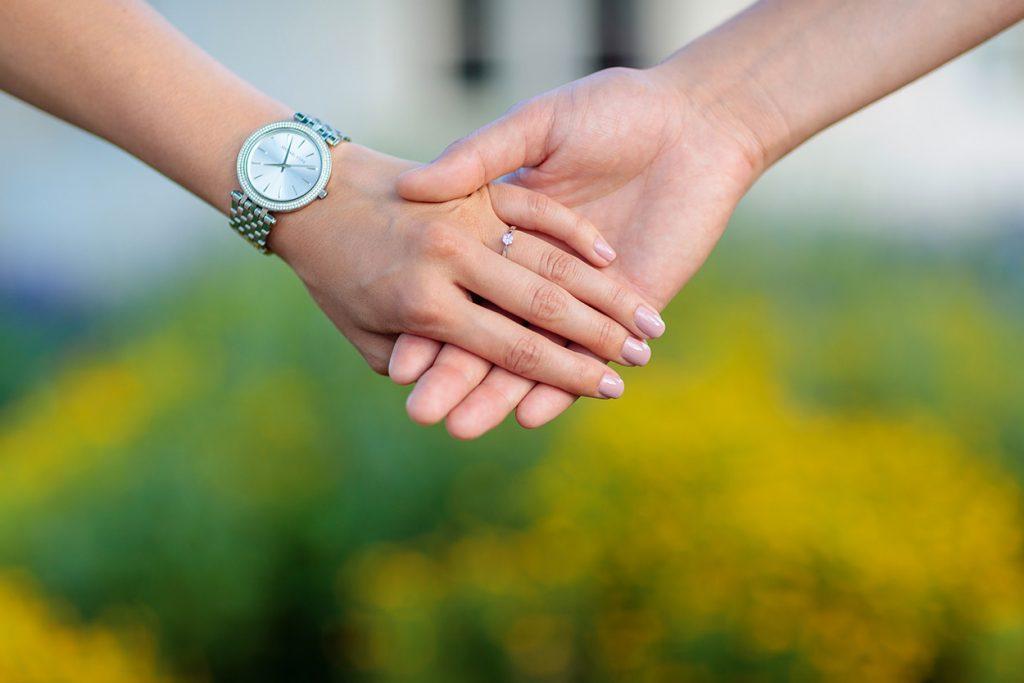 Auch der Verlobungsring wird in Szene gesetzt während der Verlobungsfotos