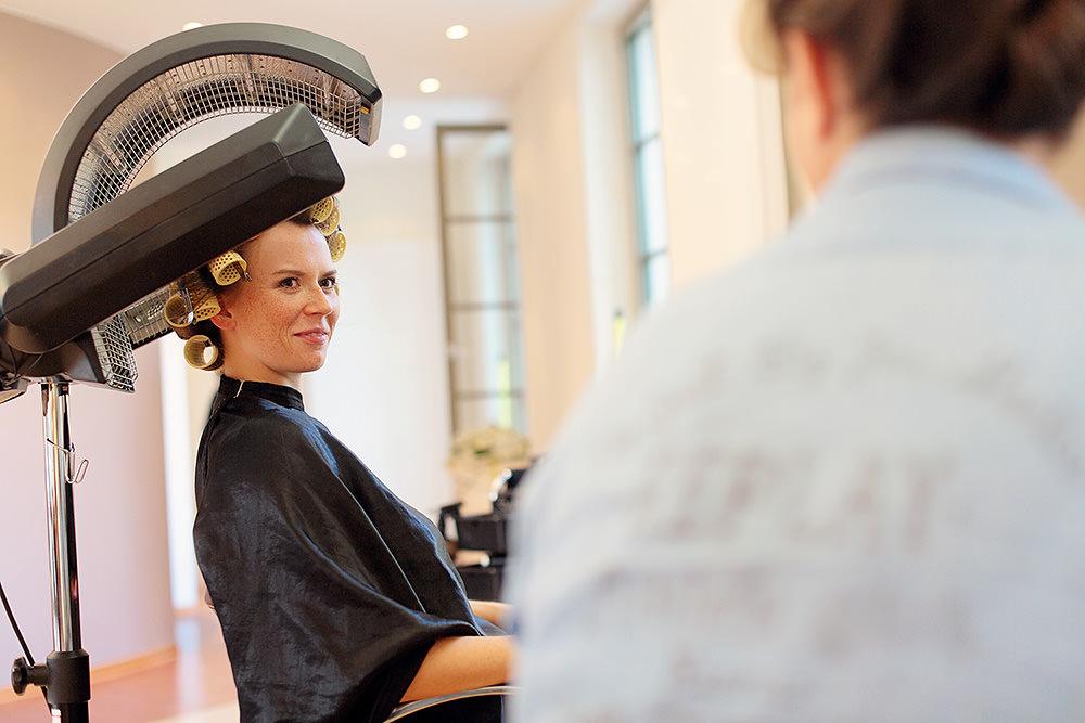 Gleichzeitige Vorbereitungen von Braut und Bräutigam mit 2 Fotografen