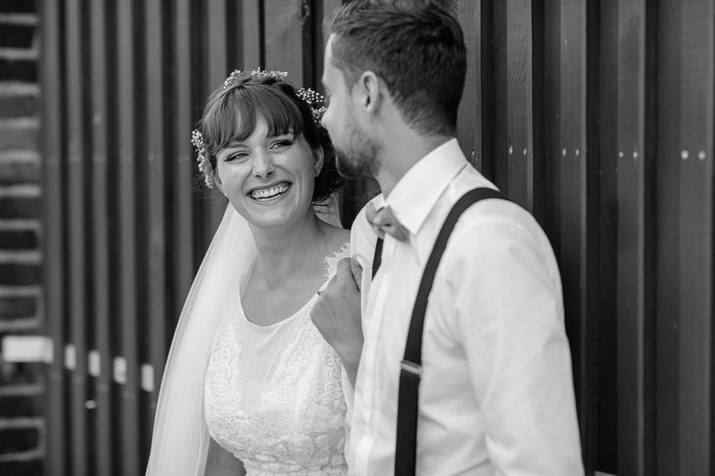 Eine strahlende Braut am Hochzeitstag im schönen Brandenburg