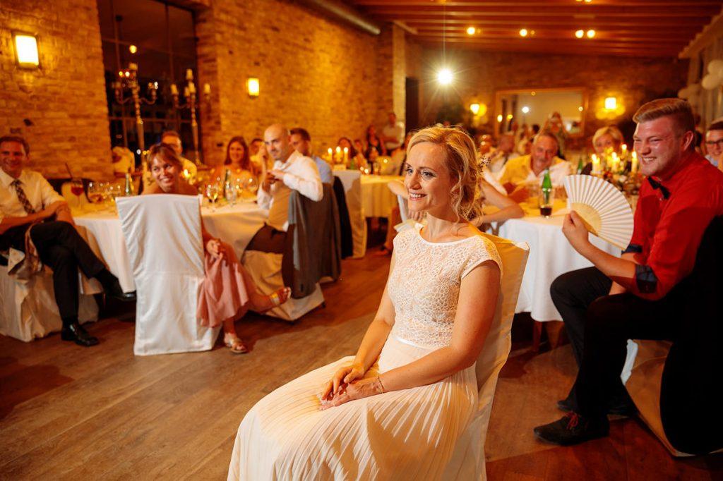 Die Braut beobachtet ihren Bräutigam während eines Hochzeitsspiels und die Gäste sind gespannt dabei im Kavalierhaus Caputh