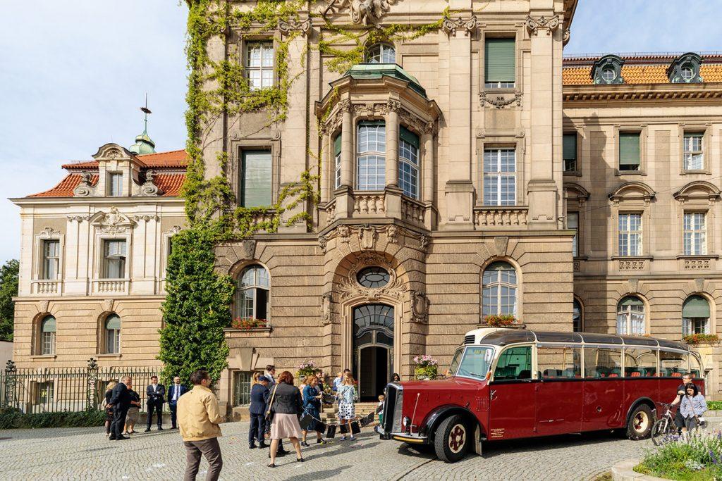 Eine charmante Bustour durch Potsdam mit Brautpaar und Hochzeitsgästen nach der Trauung im Standesamt Potsdam