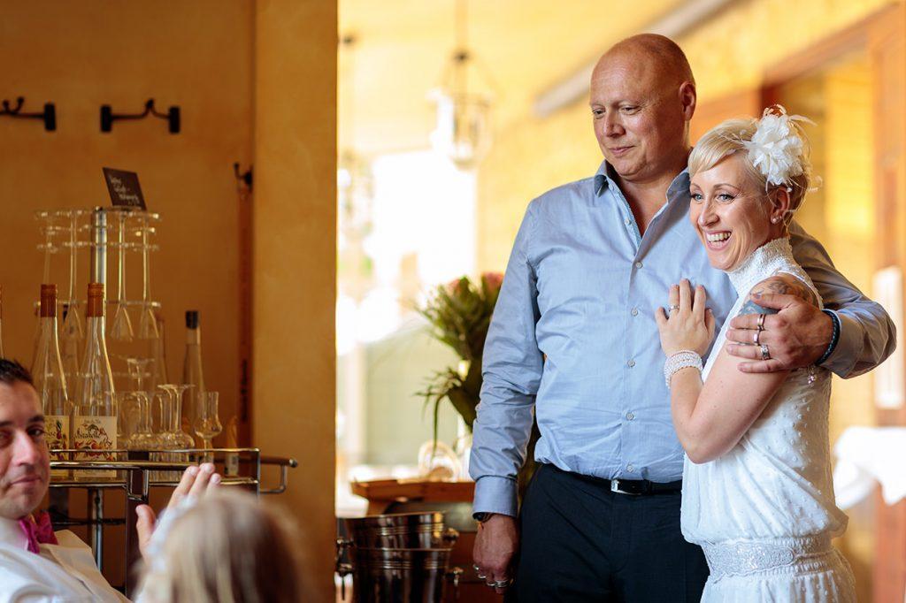 Herzliche Momente mit euren Hochzeitsgästen dürfen während einer Hochzeitsreportage nicht fehlen