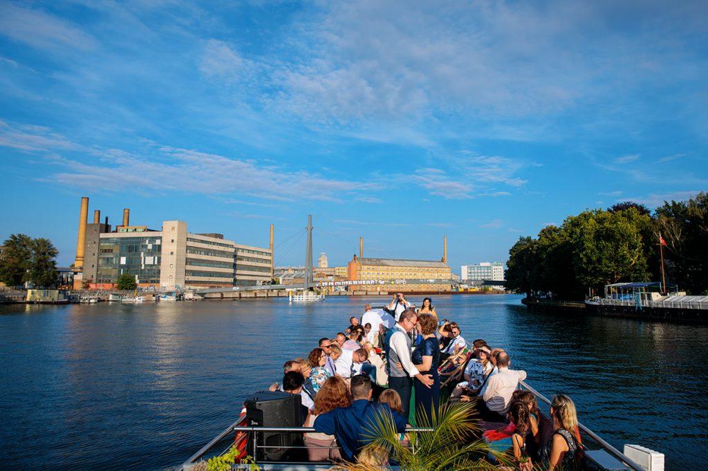 Eine Schifffahrt durch Berlin mit Brautpaar und Hochzeitsgästen nach der Trauung