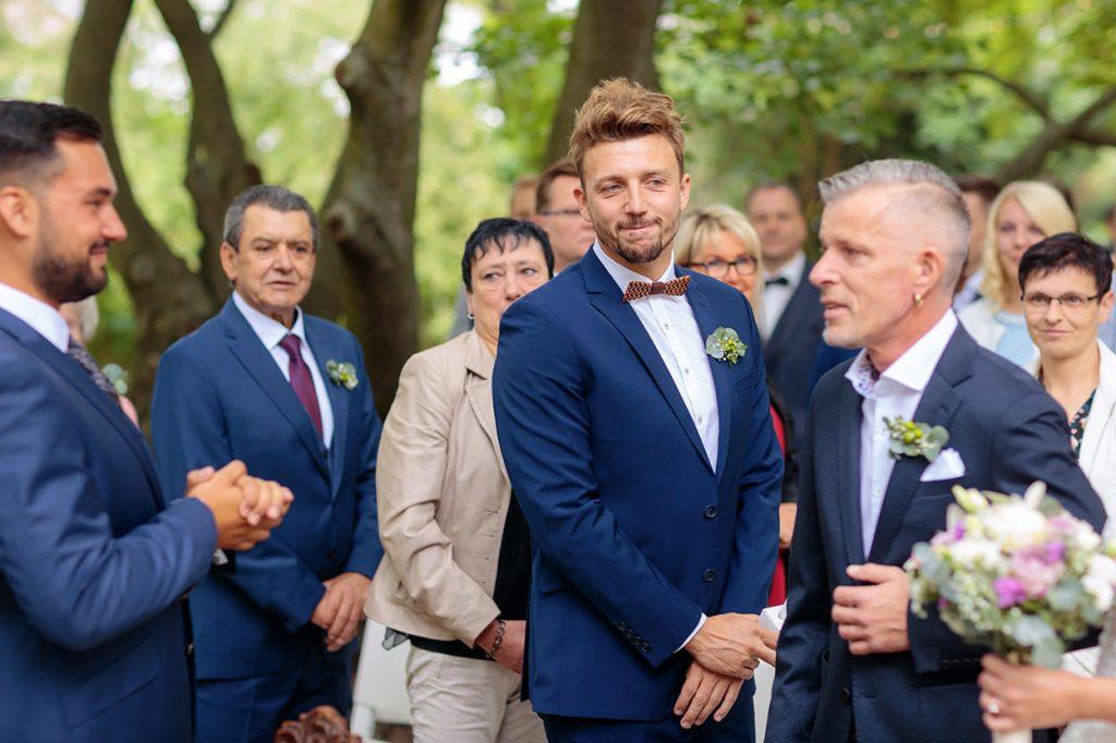 Die Ankunft der Braut ist für den Bräutigam und die Hochzeitsgäste sehr emotional während einer freien Trauung in Roskow