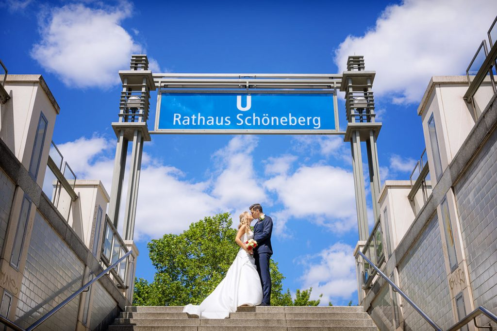 Das Brautpaar nach der standesamtlichen Trauung im Rathaus Schöneberg Berlin an einem Mittwoch