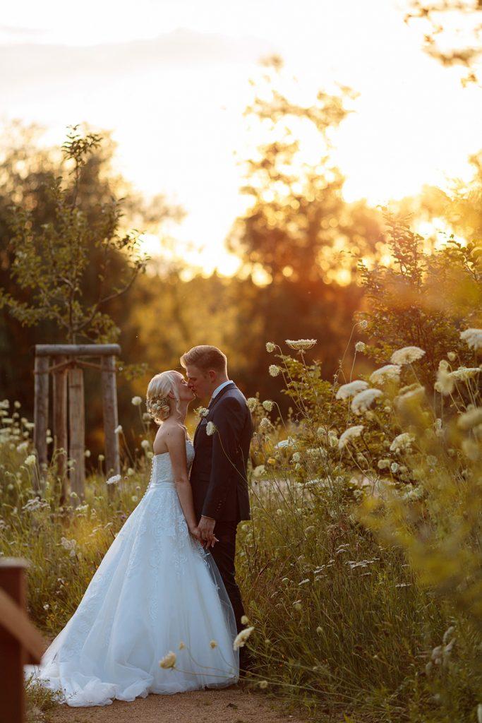 Hochzeitsfotos auf dem Gelände vom Seminarhotel Paulinenhof zum Sonnenuntergang