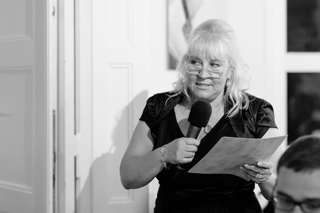Die Rede der Brautmutter rührt die Tochter zu Tränen in der Villa Blumenfisch Berlin