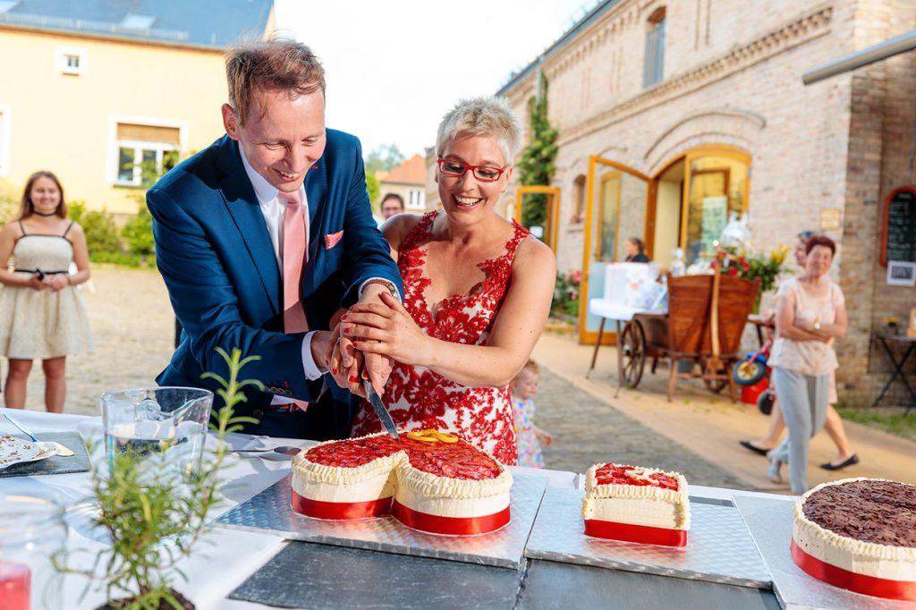 Ein Brautpaar beim Anschnitt der Hochzeitstorte