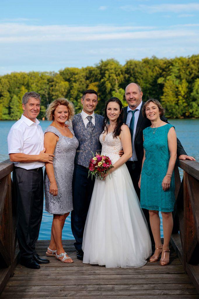 Braut, Bräutigam und Hochzeitsgäste am Nachmittag eines Hochzeitstages im Café Wildau