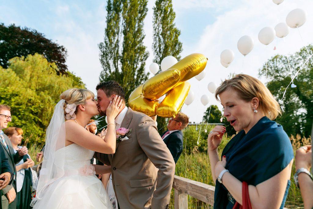 Ein Brautpaar mit Luftballons