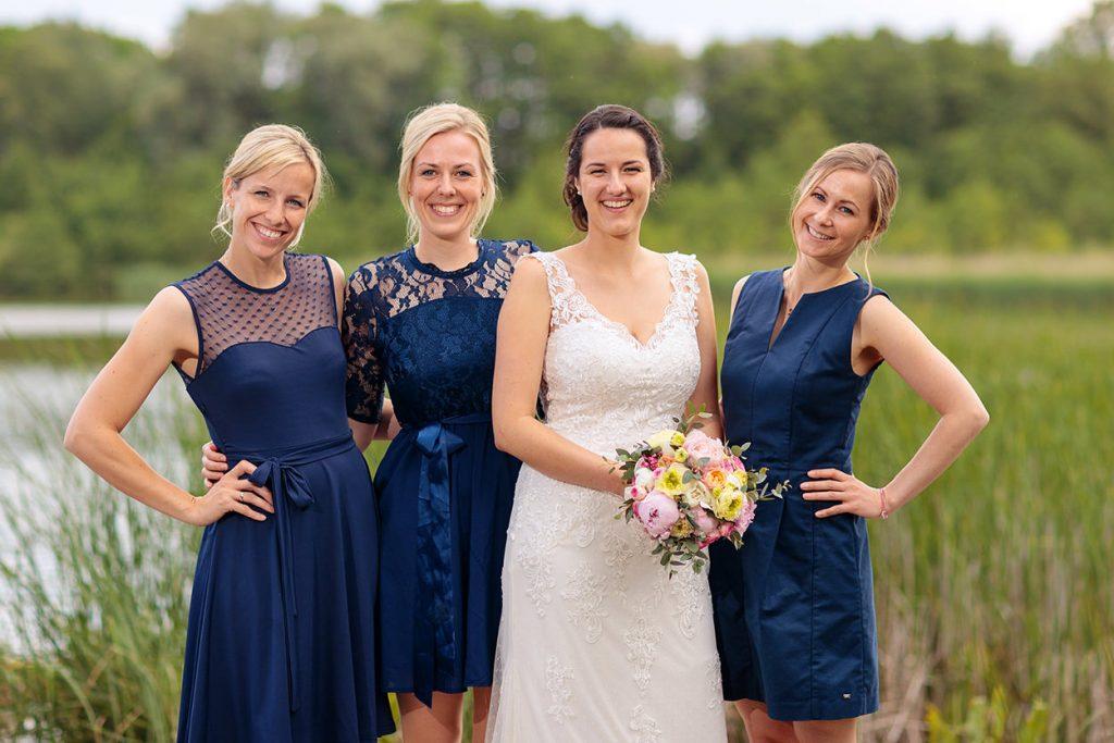 Die Braut und ihre Brautjungfern bei unseren Familienfotos am Nachmittag