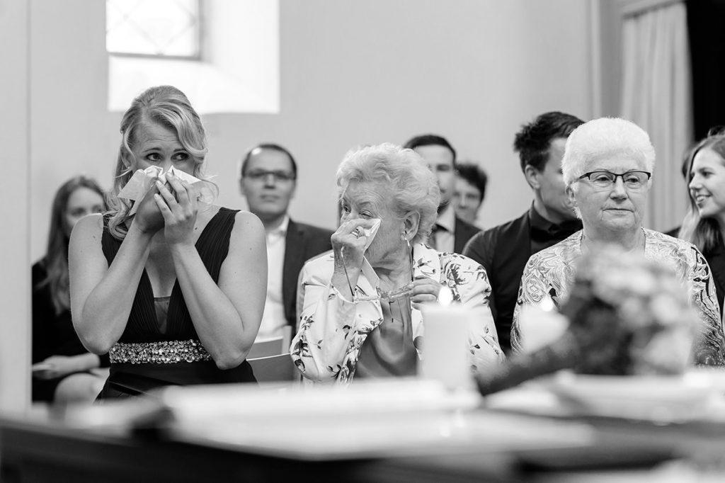 Emotionale Momente während einer Trauung in der Alte Neuendorfer Kirche Potsdam