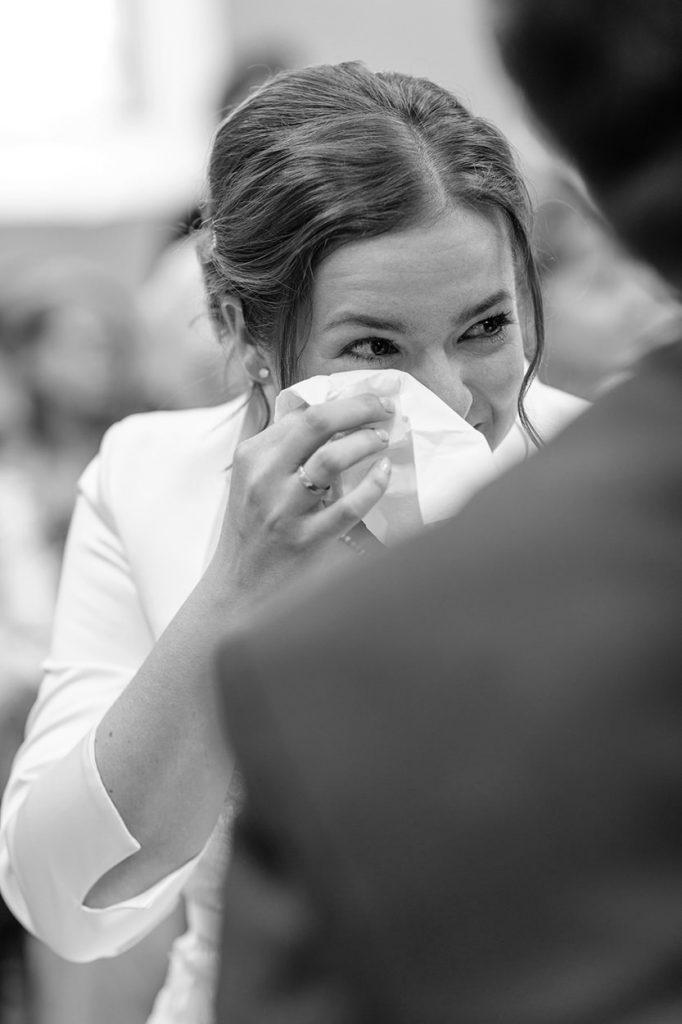 Die Braut ganz emotional während der Trauung in der Alte Neuendorfer Kirche Potsdam
