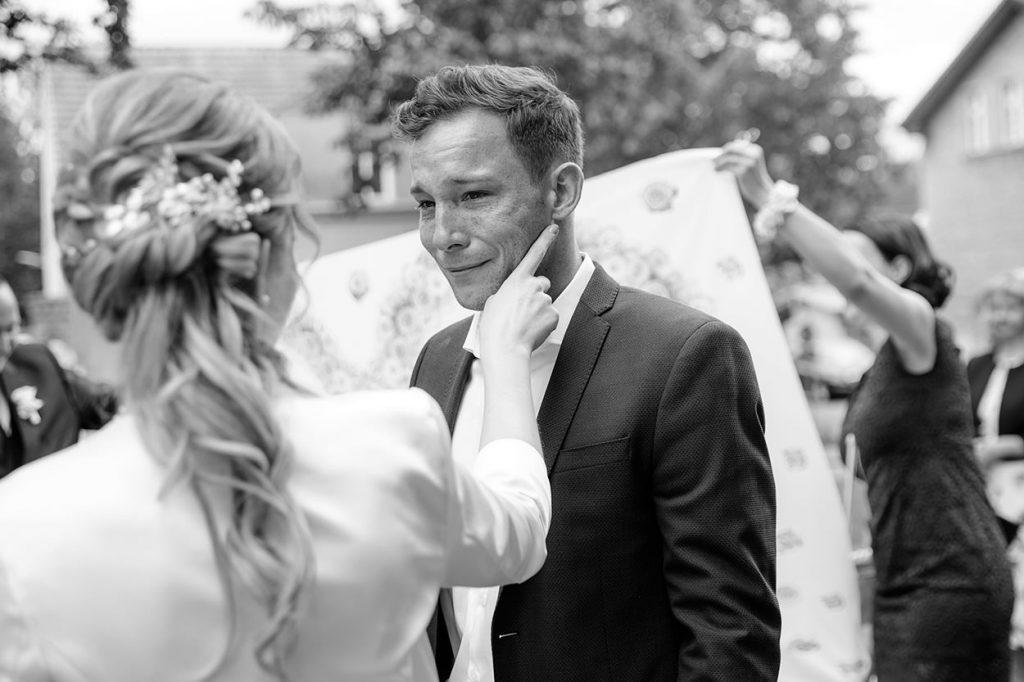 Die Gratulation des Brautpaares nach der freien Trauung an der Alte Neuendorfer Kirche Potsdam