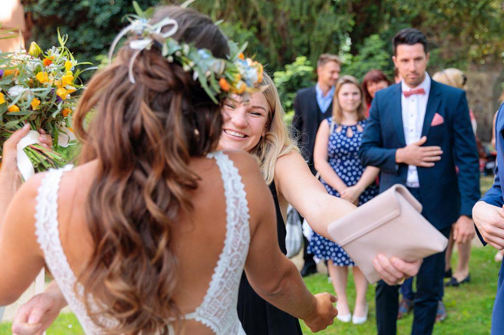 Die Gratulation des Brautpaares nach der Trauung