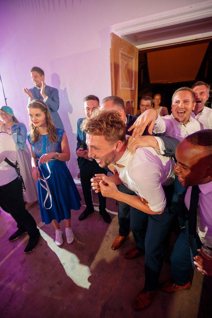 Wünscht sich nicht jeder eine derart ausgelassene Hochzeitsfeier?