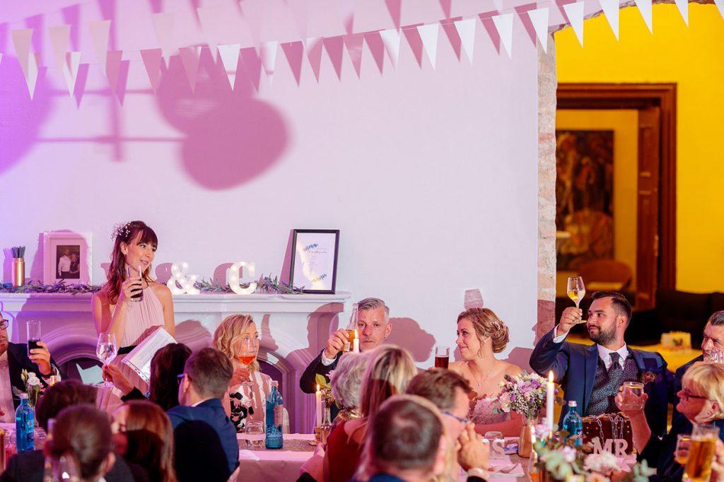 Die Trauzeugin der Braut hält eine Rede am Abend bei der Hochzeitsfeier in Roskow