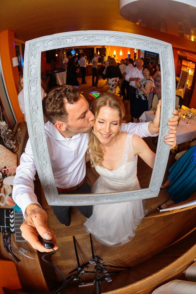 Braut und ihr Bruder rocken die Fotobox am Abend der Hochzeitsfeier