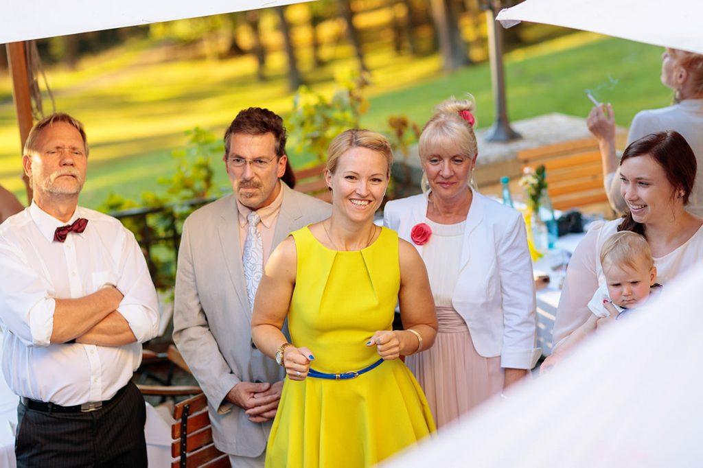 Ausgelassene Stimmung bei einer Hochzeitsfeier im Sommer