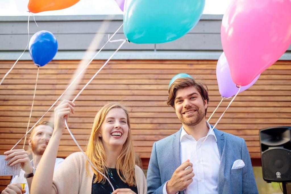 Hochzeitsgäste mit Luftballons bei der Hochzeitsfeier im Sommer