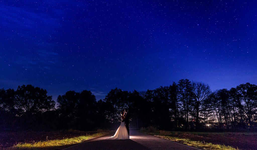 Brautpaar unter einem Sternenhimmel in Brandenburg