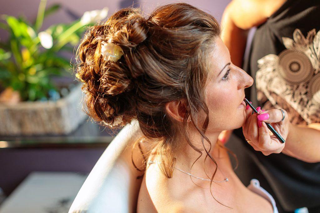 Die Lippen der Braut werden bei der Vorbereitung in zarte Töne getaucht
