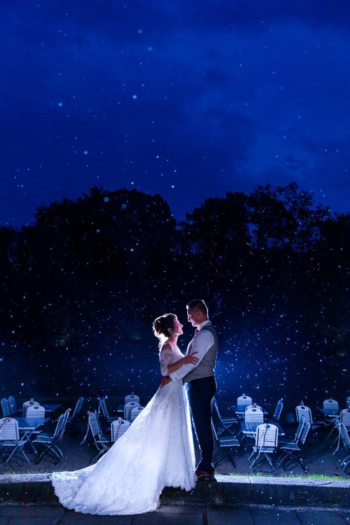 Das Brautpaar zur Blauen Stunde bei Regen im Park von Schloss Kartzow
